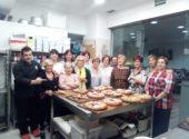 La Asociación de Mujeres Mayores de Meruelo lleva a cabo un curso de repostería